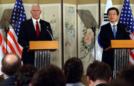 彭斯(左)17日在首尔的记者会上严厉警告朝鲜,不要测试川普(特朗普)应对朝鲜核计划的决心。此外,彭斯和韩国代理总统黄教安(右)都同意,要提早完成部署萨德反导系统。(South Korean Acting President and Prime Minister Office- Pool/Getty Images)