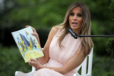 第一夫人在阅读角给一群孩子朗读了儿童书《派对动物》 (Chip Somodevilla/Getty Images)