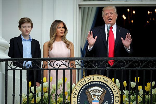 川普週一上午在白宮復活節慶祝活動滾彩蛋(如圖)時,記者問及朝鮮又射導彈,僅簡單地回答二個字:「乖點」(Gotta behave),告誡金正恩。(Chip Somodevilla/Getty Images)