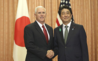 美國副總統彭斯4月18日訪問日本的時候說,在確保朝鮮半島實現無核化之前,美國不會手軟。 ( EUGENE HOSHIKO/AFP/Getty Images)