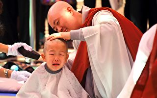 韓國首爾曹溪寺於4月19日為童僧剃度,有的兒童哇哇大哭,模樣可愛。(JUNG YEON-JE/AFP/Getty Images)