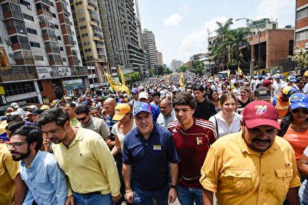 委国19日上街头抗议当权者的群众。(JUAN BARRETO/AFP/Getty Images)