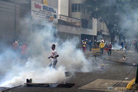 委国政府军以催泪弹驱赶抗议民众。(RONALDO SCHEMIDT/AFP/Getty Images)