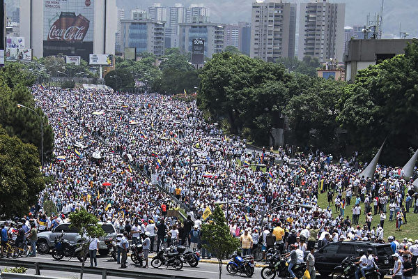 """委内瑞拉反对阵营周三(4月19日)发动""""示威之母""""(La madre de todas las marchas)全国抗争活动,号召成千上万民众包围首都卡拉卡斯(Caracas)及其它城市,抗议马杜罗总统(Nicolás Maduro Moros)政府。(CARLOS BECERRA/AFP/Getty Images)"""
