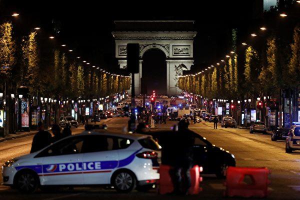 法國總統大選前,巴黎香榭麗舍大街週四晚間驚傳槍響,法國內政部表示,目前已知一名警察和一名攻擊者均已遇難。(THOMAS SAMSON/AFP/Getty Images)