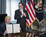 川普(特朗普)总统周五(21日)在访问财政部时签署了一份行政令和两份备忘录,指示财政部官员审查重大税务法规。(Photo by Shawn Thew - Pool/Getty Images)