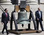 川普週六在推特上發帖說:「下週三將會宣布大稅改和減稅(消息)」。圖為川普和財政部長姆欽。(Photo by Shawn Thew - Pool/Getty Images)