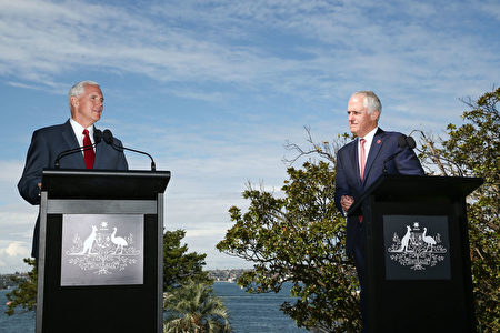 美国副总统彭斯(左)周六(22日)在与澳洲总理特恩布尔(右)举行的联合新闻会上表示,美国将履行奥巴马政府与澳洲签订的难民安置协议,但美国要对所接收难民进行严格审查。  (Photo by Brendon Thorne/Getty Images)