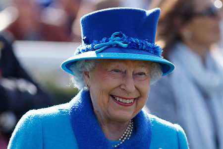 NEWBURY, ENGLAND - APRIL 22: Queen Elizabeth II at Newbury Racecourse on April 22, 2017 in Newbury, England. (Photo by Alan Crowhurst/Getty Images)