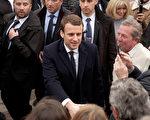 4月23日,总统候选人马克龙在图库特投票站参加第一轮投票。(Sylvain Lefevre/Getty Images)