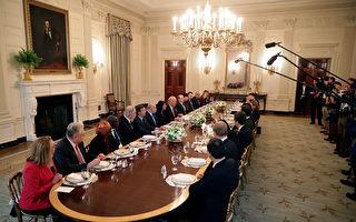 美國總統川普(特朗普)4月24日邀請聯合國安理會成員國大使及夫人做客白宮,並共進午餐。(Chip Somodevilla/Getty Images)