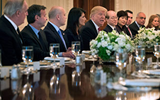 4月24日,川普和安理會15個成員國大使討論朝鮮局勢。( Chip Somodevilla/Getty Images)