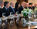4月24日,川普在白宫告诉联合国安理会的大使们:朝鲜的现状是不可接受的。(Chip Somodevilla/Getty Images)
