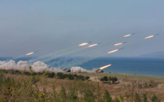 美國國務卿蒂勒森27日晚間接受福克斯新聞訪問時表示,北京已向華府證實,願意和美國聯手解決朝核問題,如果平壤再度進行核試驗,將對該國實施制裁。圖為朝鮮25日舉行砲兵演習。(STR/AFP/Getty Images)