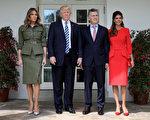 美國第一夫人梅拉尼婭(Melania Trump,圖左一)27日和川普在白宮迎接阿根廷總統馬克里(Mauricio Macri)及第一夫人阿瓦達(Juliana Awada)。(Win McNamee/Getty Images)