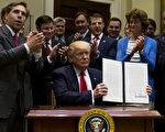 川普(特朗普)總統週五(4月28日)在白宮簽署一項行政令,旨在扭轉奧巴馬時代對石油開採的限制政策。(Photo by  Eric Thayer-Pool/Getty Images)
