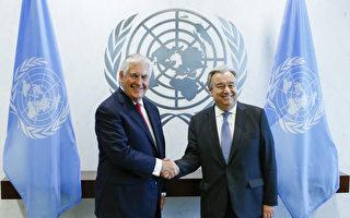 2月28日在紐約聯合國總部,美國務卿蒂勒森(左)與聯合國秘書長古特雷斯(右)在會談前握手合影。(Eduardo Munoz Alvarez/Getty Images)