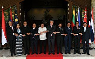 2017年4月29日,在菲律賓馬尼拉舉行的第30屆東盟峰會第二天,傳出經其他會員國抗議,原未列入聲明草案中的南海問題將重新列入。本圖為東盟各會員國代表合影。(MOHD RASFAN/AFP/Getty Images)
