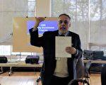 伊州政府人事部多元文化项目经理Carlos Charneco 在华咨处介绍政府雇员招聘流程。(唐明镜/大纪元)
