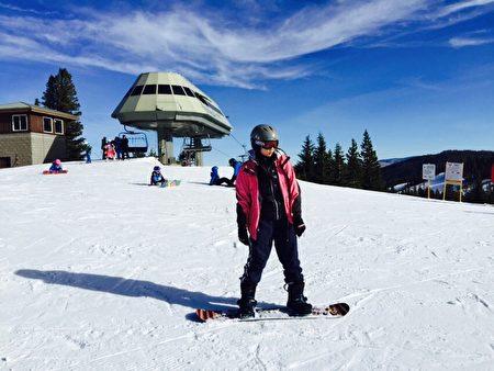 课余休闲萧靖彤也尝试滑雪等运动。(萧靖彤提供)