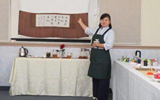 美国中华茶文化学会会长杨绮真在茶艺花艺种子教学课程,以水为主题提出泡茶的心境。 (袁玫/大纪元)