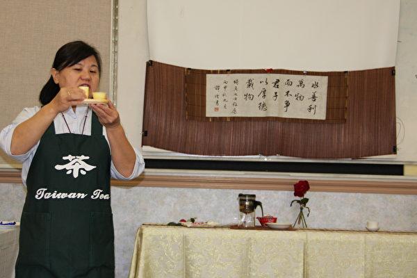 """洛杉矶""""茶艺花艺种子教室""""的茶艺教席杨绮真为学员讲解茶人文化。(徐绣惠/大纪元)"""