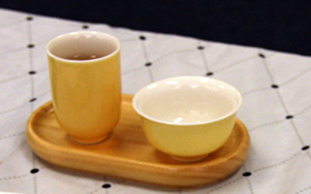 闻香杯、品茗杯是喝茶入门的器具,白底易于欣赏茶色。(徐绣惠/大纪元)