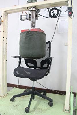 人体工学网椅经过重力加速度压力测耐重136公斤。(赖友容/大纪元)