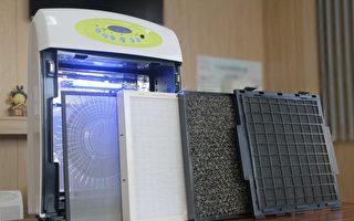 多功能清淨機的前置水洗式、活性碳+沸石、5公分Hepa、光觸媒等濾網,及紫外線燈管(右起)。(賴友容/大紀元)