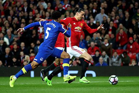曼联主场1-1战平埃弗顿。图为曼联前锋伊布带球突破瞬间。 (Clive Brunskill/Getty Images)