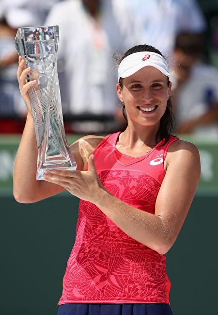 英国名将孔塔首次捧起顶级强制赛事的冠军奖杯。 (Julian Finney/Getty Images)