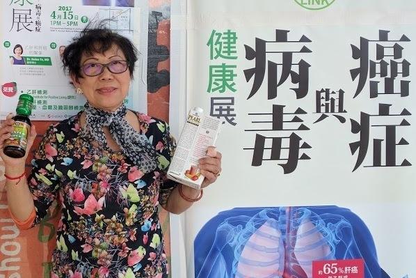 有獎問答的獲獎民眾喜歡Kikkoman贊助的蚝油和有機豆奶。(王松林/大紀元)