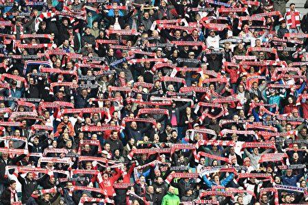 """""""升班马""""莱比锡提前五轮锁定下赛季欧冠资格。图为莱比锡球迷。 (JOHN MACDOUGALL/AFP/Getty Images)"""