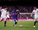 在8分鐘裡,梅西(中)製造了巴薩本場比賽全部三粒進球。(Alex Caparros/Getty Images)