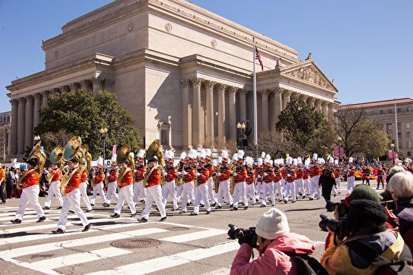 2017年4月8日,每年一度的華盛頓DC櫻花節盛大遊行在宪法大道上舉行。(戴兵/大紀元)