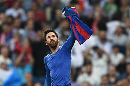 在比賽傷停補時還剩13秒的時候,梅西上演絕殺,進球之後他異常興奮脫衣慶祝,為此吃到了黃牌。 (David Ramos/Getty Images)