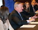 4月18日,费城市长肯尼(左二)在第二次多文化媒体圆桌会议上介绍2018年费城财政计划。费城财务总监Rob Dubow(右一)介绍了报告详情。(肖捷/大纪元)