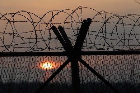 """美韩宣布朝鲜准备核试一个多月后,分析家说朝鲜豊溪里核试验场已""""准备好""""核试约两周后,朝鲜却未引爆核弹。图为朝韩非军事区(DMZ)附近一个军事检查站的铁丝网。(Chung Sung-Jun/Getty Images)"""