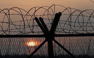 """2015年1月6日,韩国计量行政部门在朝鲜主要核试地点豊溪里(Punggye-ri)附近,侦测到一次""""人造地震""""后,朝鲜确认,它已进行一次氢弹试验。图为朝韩非军事区(DMZ)附近一个军事检查站的铁丝网。(Chung Sung-Jun/Getty Images)"""