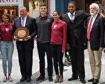 費城市長肯尼(左三)手捧由四位賓大學生代表贈送的Penn Relays 紀念輪。右一為NFL/田徑傳奇人物Renaldo Nehemiah,右二為Penn Relays董事長Dave Johnson。(肖捷/大紀元)
