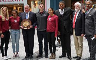 费城市长肯尼(左三)手捧由四位宾大学生代表赠送的Penn Relays 纪念轮。右一为NFL/田径传奇人物Renaldo Nehemiah,右二为Penn Relays董事长Dave Johnson。(肖捷/大纪元)