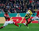 法國中場登貝萊(中)為多特打進第三粒入球,助「大黃蜂」淘汰拜仁,晉級德國盃決賽。 (Boris Streubel/Bongarts/Getty Images)