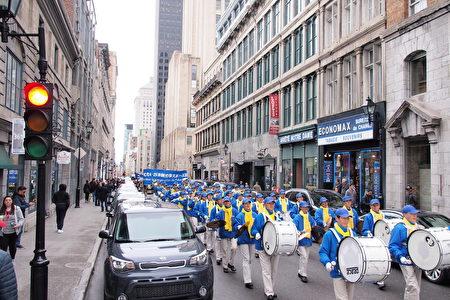 4月22日,加拿大魁北克省部分法輪功學員,在蒙特利爾唐人街舉行紀念四•二五集會後,環繞中國城遊行,呼籲停止中共對法輪功的迫害。眾多遊人駐足觀看,了解法輪功真相。(易柯/大紀元)