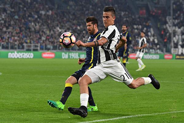 被誉为阿根廷队新梅西的迪巴拉(右),梅开二度,助尤文3:0大胜巴萨。(Valerio Pennicino/Getty Images)