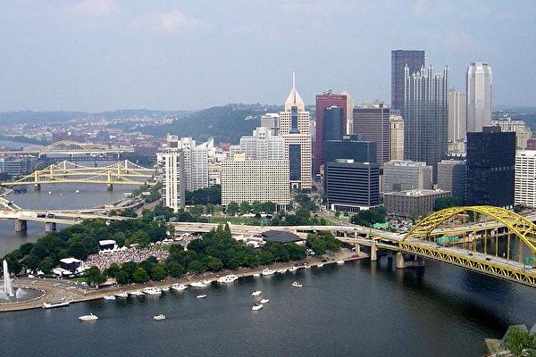 """曾有""""世界钢都""""之称的匹兹堡是宾夕法尼亚州第二大城市,座落于通往美国中西部和阿巴拉契亚山脉的交口上,拥有比威尼斯更多的桥梁、充满活力的艺术社区。(维基百科)"""