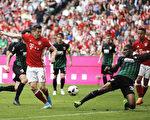 拜仁主場6-0大勝巴伐利亞德比。波蘭前鋒萊萬多夫斯基(左)上演「帽子戲法」。(Adam Pretty/Bongarts/Getty Images)