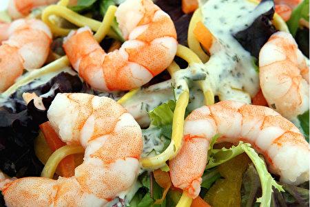 吃蝦好嗎?如果您指的是我們吃的九成蝦——人工養殖蝦,答案是一個響亮的「不」字。(shutterstock)