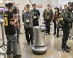 送貨機器人在熙熙攘攘的人群中行走自如。(曹景哲/大紀元)
