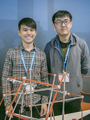 伯克利加大机械工程研究生金重(右)和同学Nikki Chen,介绍可遥控的张拉整体。(曹景哲/大纪元)