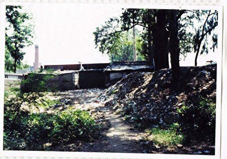 1948 年洪熙街卡子内饿死者尸体最多的地方,现在已经成为露天厕所所在地。这是日本的幸存者远藤誉女士在 1990 年代探访长春时拍下的照片。(远藤誉提供)
